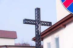 Metal la cruz de Cristo el salvador en el patio del ` s del sacerdote fotos de archivo libres de regalías