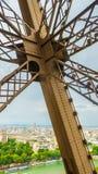 Metal la cruz en la torre Eiffel con París en el fondo imagen de archivo libre de regalías