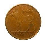 Metal la era Noruega de las monedas cinco aislada en el fondo blanco imágenes de archivo libres de regalías
