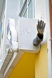 Metal la escultura urbana de la mano en la fachada del centro de Novgorod del arte contemporáneo en Veliky Novgorod, Rusia Imagenes de archivo