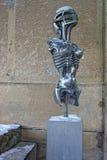 Metal la estatua del extranjero en museo de la hora Giger en Gruere Imagen de archivo libre de regalías