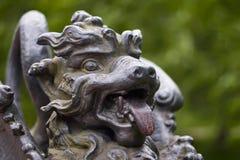 Metal la figura del drago alato sul ponte in Alexander Park Tsarskoye Selo, St Petersburg, Russia Fotografia Stock Libera da Diritti