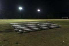 Metal la gradinata su un campo di calcio vuoto alla notte Fotografia Stock Libera da Diritti