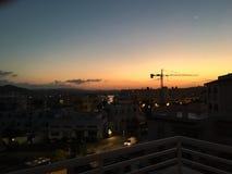 Metal la grue au-dessus des hôtels en Espagne dans le coucher du soleil photo stock