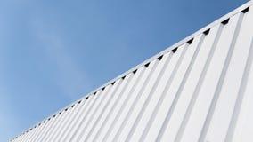 Metal la hoja blanca para el edificio industrial y la construcción en fondo del cielo azul Chapa del tejado o tejados acanalados Imagen de archivo libre de regalías