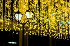 Metal la linterna en el fondo de la guirnalda de neón brillante, noche, calle de la ciudad Caída, contexto del fest Concepto de l Imagen de archivo libre de regalías