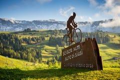 Metal la mémoire de statue de cycliste du ` Italie 2009, 2016 des chèques postaux d sur des Alpes Image libre de droits