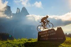 Metal la mémoire de statue de cycliste du ` Italie 2009, 2016 des chèques postaux d sur des Alpes Images stock