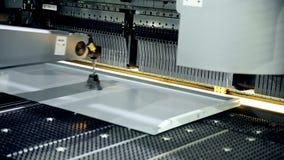 Metal la macchina piegatubi su una fabbrica industriale moderna video d archivio