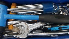 Metal la maleta del equipo con las herramientas inoxidables de los accesorios para el servicio de la modificación y de reparación Foto de archivo libre de regalías