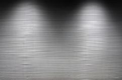 Metal la pared con las fuentes de luz invisibles que iluminan el midd Imagen de archivo