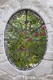Metal la parrilla de la ventana en una cerca de la pared Fotografía de archivo
