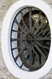 Metal la parrilla de la ventana en una cerca de la pared Imagenes de archivo