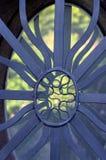 Metal la parrilla de la ventana en una cerca de la pared Foto de archivo libre de regalías