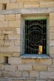 Metal la parrilla en una ventana en un edificio viejo en Chipre Imagen de archivo