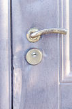 Metal la porta con le tracce di furto con scasso con la serratura e la maniglia di porta Fotografie Stock Libere da Diritti
