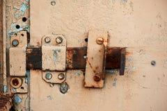Metal la porta del garage, con una serratura e una copertura provviste di cardini Fotografia Stock