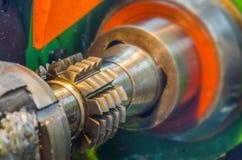 Metal la produzione della ruota dentata dell'officina ed assista la macchina di industriale Immagini Stock