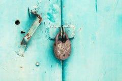 Metal la puerta con la cerradura en textura sucia y buena Fotos de archivo libres de regalías
