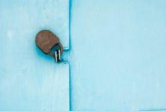 Metal la puerta con la cerradura en textura sucia y buena Fotos de archivo