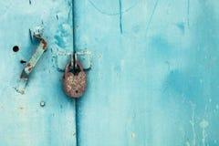 Metal la puerta con la cerradura en textura sucia y buena Fotografía de archivo libre de regalías