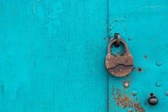 Metal la puerta con la cerradura en textura sucia y buena Foto de archivo