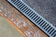 Metal la rejilla del alcantarillado del agua de lluvia en una acera fotografía de archivo libre de regalías