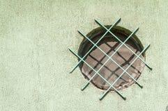 Metal la rejilla o las rejas de la seguridad en la ventana del lado de la calle para proteger la casa contra robo imágenes de archivo libres de regalías