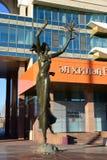 Metal la scultura che caratterizza una ragazza di dancing a Astana Fotografie Stock