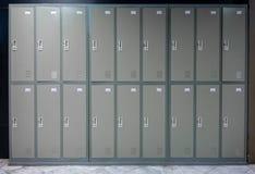 Metal la scuola o la palestra dei gabinetti con le maniglie e le serrature nella fila due fotografia stock