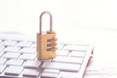 Metal la serratura di sicurezza con la parola d'ordine o la parola d'ordine sul keybo del computer Immagine Stock Libera da Diritti
