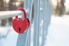 Metal la serrure sous forme de coeur rouge, fond d'amour Image libre de droits
