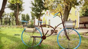 Metal la silueta de una bicicleta en el parque, parque de la reconstrucción metrajes