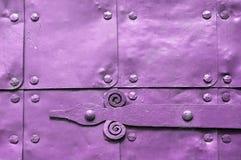 Metal la superficie rosa-chiaro di vecchi piatti di metallo martellati con i ribattini ed i dettagli architettonici su loro Fotografia Stock Libera da Diritti