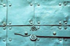 Metal la superficie verde chiaro di vecchi piatti di metallo martellati con i ribattini ed i dettagli architettonici su loro Fotografia Stock
