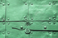Metal la surface verte de vieilles plaques de métal martelées avec des rivets et des détails d'architecture sur eux Images stock