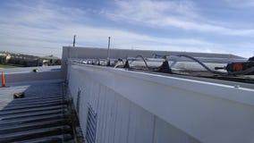 Metal la techumbre, instalación del canal en el edificio comercial Fotografía de archivo libre de regalías