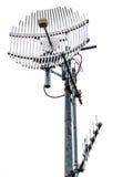 Metal la tour de télécommunication et les antennes d'isolement sur le blanc Photo stock
