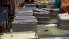Metal las cajas con mantequilla en el tiro de las instalaciones lecheras almacen de metraje de vídeo