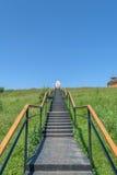 Metal las escaleras con las verjas que llevan al lugar del rezo y a una capilla de madera en la colina Fotografía de archivo libre de regalías