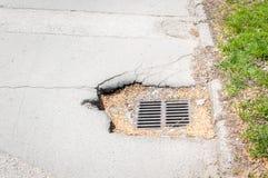 Metal las rejas o la rejilla del canal de la lluvia para el agua en la calle para prevenir alcantarillado del drenaje de la inund Fotografía de archivo libre de regalías