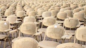 Metal las sillas cerca de la estatua de la esfinge para el sesión de noche en El Cairo, Egipto Imagen de archivo libre de regalías