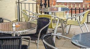 Metal las tablas y las sillas de mimbre, frente del restaurante, lepisosteus del restaurante Foto de archivo libre de regalías