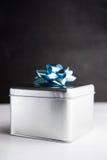 Metal le boîte-cadeau sur les milieux en bois blancs et noirs Photos libres de droits