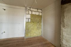 Metal le cadre pour de futurs murs avec des plats de cloison sèche isolés avec image libre de droits
