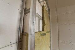 Metal le cadre pour de futurs murs avec des plats de cloison sèche isolés avec images libres de droits
