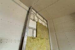 Metal le cadre pour de futurs murs avec des plats de cloison sèche isolés avec image stock