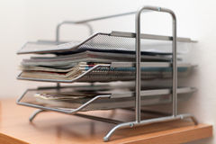 Metal le cartelle dei cassetti con i giornali e le riviste su di legno immagine stock