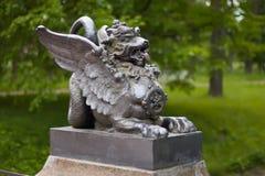 Metal le chiffre du dragon à ailes sur le pont dans Alexander Park Tsarskoye Selo, St Petersburg, Russie Images libres de droits