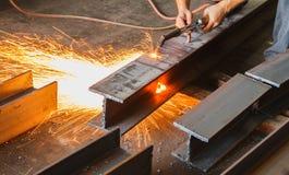Metal le coupeur, coupe en acier avec la torche d'acétylène Image libre de droits